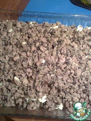Сверху выкладываем фарш с грибами.