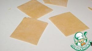 """Я очень люблю готовить из этого теста пасту """"Шелковые платочки"""". Раскатанное тесто толщиной 2 мм нарезать на квадраты стороной 5 см.    Заморозить на подносе, затем поместить в контейнер с крышкой, каждый слой переложить пекарской бумагой. Хранить в морозильной камере до 30 дней."""