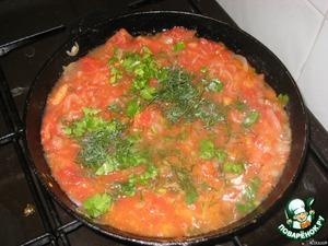 На растительном масле обжариваем  лук в течении 3-5 минут, добавляем  мелко нарезанные помидоры и жарим еще минут 7, затем выжимаем чеснок, посыпаем зеленью и отставляем.Даем остыть.