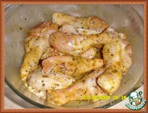 Намазать куриные бедрышки и оставить мариноваться на 20 минут.