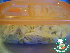 Short noodles I put in a plastic container and freeze. Fold her, like sprinkling, in any case not utrambovyvaya.