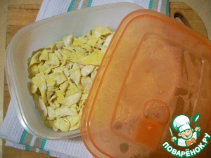 In the end, at the right time You get with fresh noodles. Your only job is to boil it, and no worries about pre mixing the dough and rolling. By the way, dried pasta is cooked 10 min, fresh frozen - 6, fresh, just cooked - about 5 minutes.