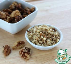 Мелко порубить орехи или прокатать их скалкой. В оригинале предлагались орехи пекан, но чудесно получается и с грецкими.