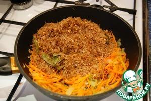 Затем перекладываем наши пряности с рисом и орехами в сковороду с морковью и луком