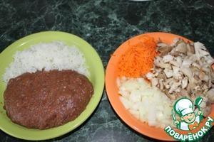 Подготавливаем фарш, в прокрученное мясо добавляем яйцо, прокрученный лук, морковь, соль, специи, перемешиваем.   Отвариваем рис, добавляем в фарш, всё хорошенько перемешиваем ещё.   Для начинки шинкуем лук, морковь, грибы и чеснок.