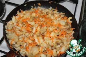 Обжариваем наши овощи для начинки до испарения всей влаги.   Солим, добавляем специи.