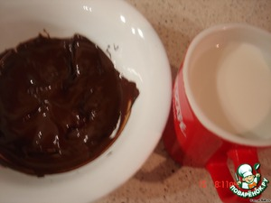 Растопить шоколад на водяной бане, смешать с молоком (остаток-250)