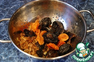 Pour water out of dried fruits