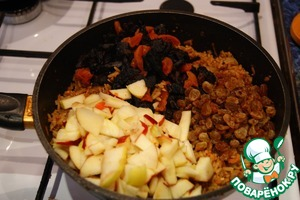 Открываем крышку за 15 минут до готовности риса и выкладываем туда изюм, курагу, чернослив и яблоки