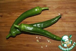 Самой жгучей частью перца являются семена, поэтому нелюбителям острого лучше от них избавиться. Проще всего это сделать, разрезав перчик вдоль, и выскрести семена ножом.    Целые перчики, можно также луковицу на гриле - использовать для украшения блюда.