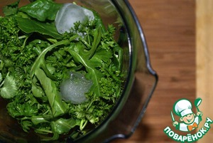 All washed greens to cut from the stalks (a handful of leaves of parsley and cilantro left for later), spinach to pick hands, one pepper cut into rings and send all together in blender with ice cubes. The ice will help keep the bright green color. All blend in a blender until smooth.