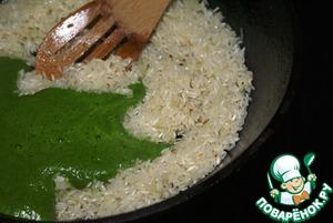 Вылить содержимое блендера в рис. Добавить соль и перец по вкусу (я использую готовую соль с перцем, кориандром и лаймом). Все хорошо перемешать, пока весь рис не станет зеленым. Добавить воды, чтобы она покрывала рис на 1 см, накрыть крышкой и готовить, иногда помешивая, пока рис полностью не впитает воду.