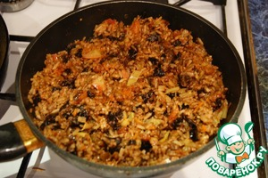 Fruit when rice is ready, open the lid, moisture to evaporate, remove cloves and Bay leaf and gently mix everything.