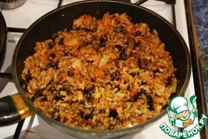 Когда фруктовый рис уже готов, открываем крышку, выпариваем влагу, убираем гвоздику и лавровый лист и осторожно все перемешиваем.