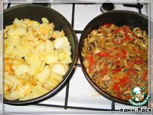 3. Грибы сливаем, выкладываем в сковородку с перцем и луком, солим, обжариваем (вот тут если лук предварительно был доведен до корочки, он может подгореть). Картошку периодически помешиваем, солим.