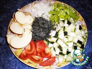 Кабачки и перец нарезать кубиками.Лук соломкой,а помидоры и яблоки дольками.Зелень измельчить.