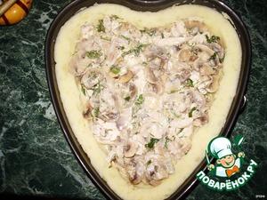 Форму смазываем маслом, выкладываем картофельное пюре, формируем дно и бортики. Выкладываем курино-луково-грибную массу.