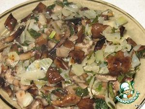 Лук мелко нарезать, обжарить на растительном масле, добавить промытые грибы и зелень и потушить минут 5.