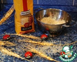 Промыть рис под струей воды и дать ему обсохнуть в дуршлаге