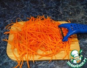 Натираем на крупной терке морковь.   Я натерла морковь специальной теркой соломкой, мне так больше нравится