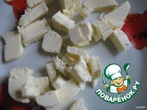 Когда взбиваемая масса увеличится вдвое, берем размягченное сливочное масло (80г)