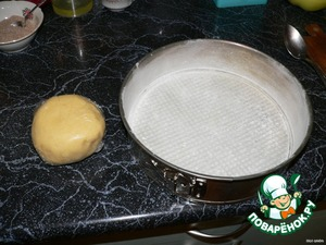 The flour with the sugar leaves in a bowl with cubes of solid butter with two knives into fine crumbs, add the egg and quickly knead the dough, being careful not to warm his hands. Roll into a ball, wrap in cling film and put in the refrigerator for at least 30 min. a Detachable form with a diameter of 26 cm oil and sprinkle with flour.