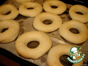 Grown donuts sent in the oven, preheated to 160 degrees for 8-10 min., They cannot be perepechi, as we need soft and airy dumplings. Bake only until the bottom starts to brown (the top remains light). Moreover, after removal from the oven the product inside continue to bake another 2 minutes. So start checking after 8 minutes.