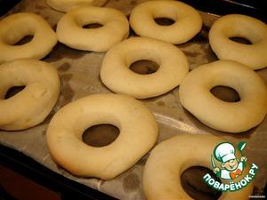 Подросшие пончики отправляем в духовку, нагретую до 160 градусов на 8-10 мин. Их нельзя перепечь, так как нам нужны мягкие и воздушные пышечки. Печем лишь до тех пор, пока низ не начнет подрумяниваться (верх остается светлым). Тем более, что после изъятия из духовки изделия продолжают печься внутри еще минуты 2. Так что проверять начинаем уже через 8 минуток.