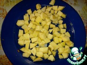 Режем яблоки кубиком, смешиваем с соком и маслом.