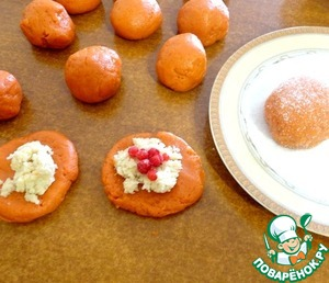 Процесс приготовления теста можно посмотреть тут -http://www.povareno k.ru/recipes/show/68 466/       По истечении 30 минут тесто разделить на порционные шарики размером немного больше грецкого ореха, раскатать каждый шарик, укладываем начинку, сверху ягоды по несколько штук (у меня была смородина замороженная).      Соединить края печенья, хорошо обвалять в сахаре.   Укладываем на противень, ставим в предварительно разогретую духовку.   Выпекаем при 200 C минут 10-12, смотрите по своей духовке!      Главное - не передержать, иначе сразу появится томатный запах у изделия!
