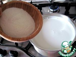 Молоко доведем до кипения, добавим сахарную пудру и перемешаем до полного растворения. Всыпем рисовую муку, постоянно при этом помешивая, чтобы не образовались комки. Варим на среднем огне 20-25 минут, не переставая помешивать.