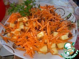 Смешиваем с морковью, укладываем на листики салата (я по сезону использовала петрушку)