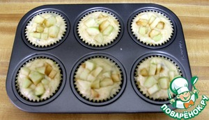 Spread the prepared dough in a muffin tin and put the remaining apples.