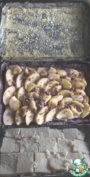 Тем временем хорошо смазываем противень, посыпаем его сухарями. Выкладываем половину смоченных ломтиков хлеба, сверху яблоки, посыпаем измельчёнными орехами и накрываем всё это оставшимся слоем смоченных ломтиков (сверху придавливаем руками или досочкой). Ставим в разогретую духовку примерно на 15 минут (до золотистой корочки).