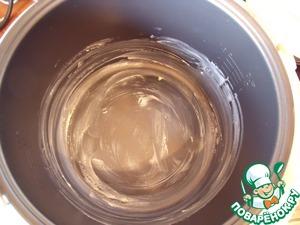Смазываем чашу мультиварки маслом.