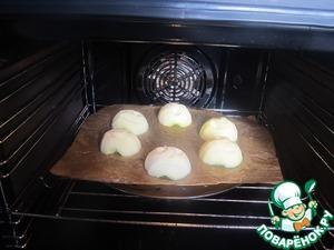 """Через час обсушим яблоки бумажной салфеткой и выложим на противень, застеленный пекарской бумагой.   Выпекаем 3 часа при температуре 100*С, за 10 минут до окончания увеличим температуру до 120*С, чтобы наши """"головы"""" подрумянились."""