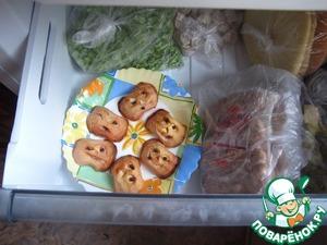 После остывания заморозим в морозилке, после 2 часов сложим в контейнер или пакет.   Теперь приготовление страшно-весёлого пунша у вас не займёт много времени.