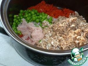 В томатную массу положить мясо, грибы, зеленый горошек, порубленную зелень. Добавить растительное масло, соль, перец. Тушить на среднем огне 40 мин., остудить