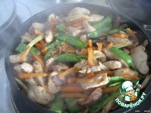 """В разогретом """"ВОКе"""" или в сковороде обжариваем куриное филе, морковь, грибы, сельдерей и горошек с добавлением томата, соевого соуса и рисового уксуса, до готовности."""