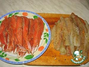 Филе двух видов рыб приправить специями и оставить на 1-2 часа в холодильнике. Далее нарезать на тонкие полоски.