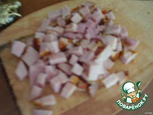 Следующий слой - колбаса кубиками, смазать майонезом с чесноком.