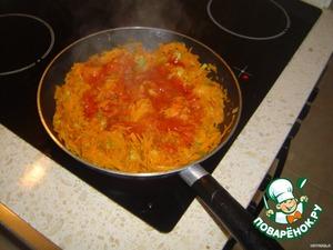 А теперь делаем зажарку. В ту же сковороду (не моем после жарки перца, там остается сок и с ним зажарка будет сочнее) доливаем масла, всыпаем мелко нарезанный лук, поджариваем, потом добавляем тертую морковь, через минут пять добавляем томат или резаные помидоры и тушим до готовности.