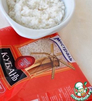 Рис отварить до готовности. Рис Мистраль Кубань белый круглозерный отлично подойдет, так как здорово разваривается и становится нежным.