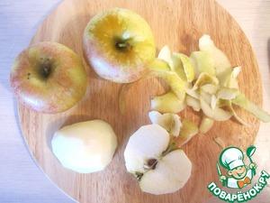 Для этого страшно-весёлого напитка вначале приготовим раствор из воды, соли и сока лимона.   Яблоки очистим, разрежем пополам и удалим сердцевину.