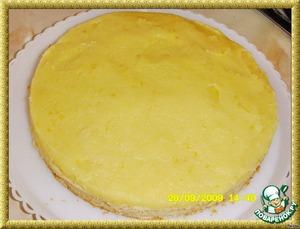 Ежевику (малину) перебрать, осторожно вымыть и обсушить. Готовый корж выложить на блюдо и распределить на нем сверху теплый лимонный крем.