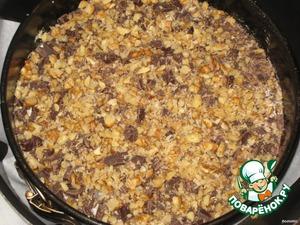 На сгущенку высыпать слоем смесь белого шоколада, кокоса и кунжута.   Поверх выложить темный шоколад, присыпать орехами.   Поставить в предварительно разогретую духовку на 30-35 минут, выпекать при 180 градусах.