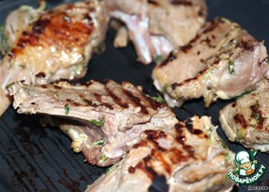 Обжарить куски корейки на сухой сковороде гриль (3-5 минут).