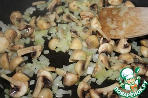 Onion peeled, cut into cubes. Wash mushrooms, if small, cut into 4 pieces, fry in butter.