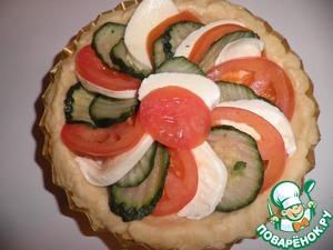 Достаем из холодильника формочки с тестом и выкладываем по кругу, чередуя по очередности, помидоры, сыр, цуккини.