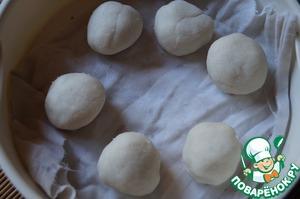 Тесто разделить на 6-8 шариков и выложить их на влажную салфетку, помещённую на решётку пароварки. Варить шарики на пару 25 минут.
